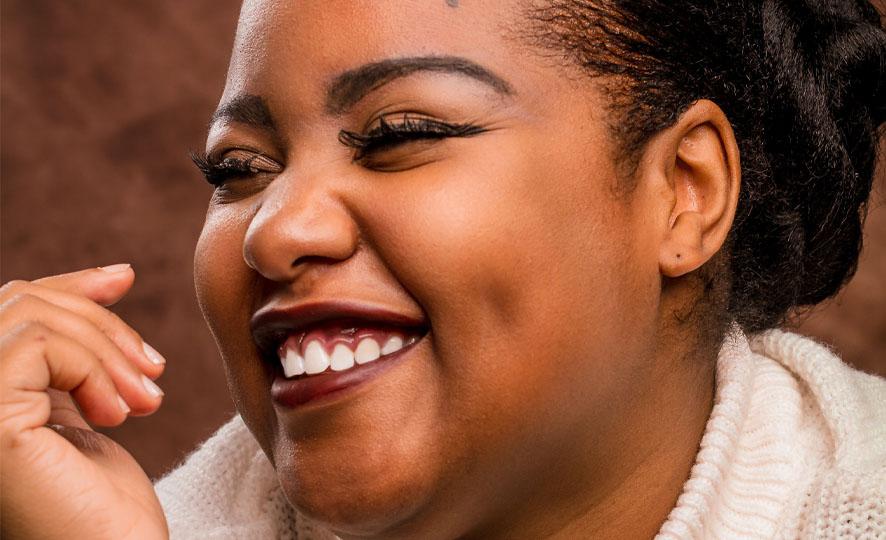 Mulher negra sorrindo
